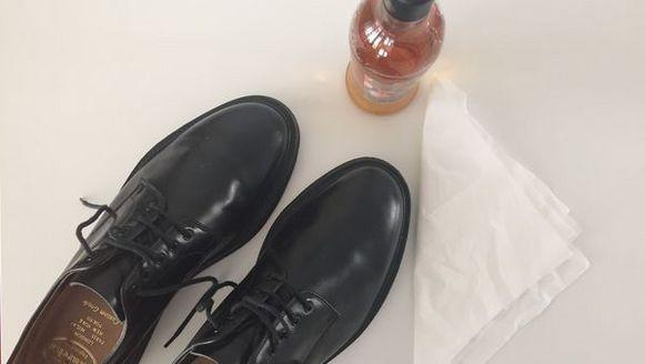 Schoenen hebben het hard te verduren in het dagdagelijkse leven. Ze krijgen onder andere modder, peuken en regen over zich heen, met als resultaat dat ze er al snel smerig en afgedragen uitzien. We schreven eerder al hoe je witte sneakers schoonmaakt, en deze keer hebben we het over lederen schoenen poetsen.