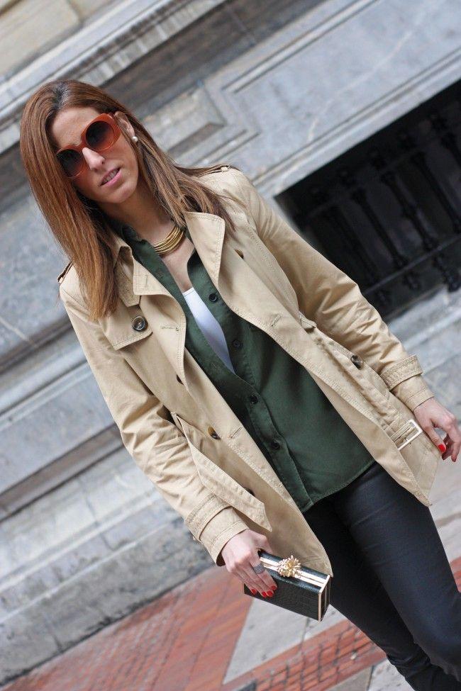 Blog de moda. Hoy os traemos un estilismo con pantalones encerados negros, camisa militar verde, bolso de mano y gabardina de mujer beige.