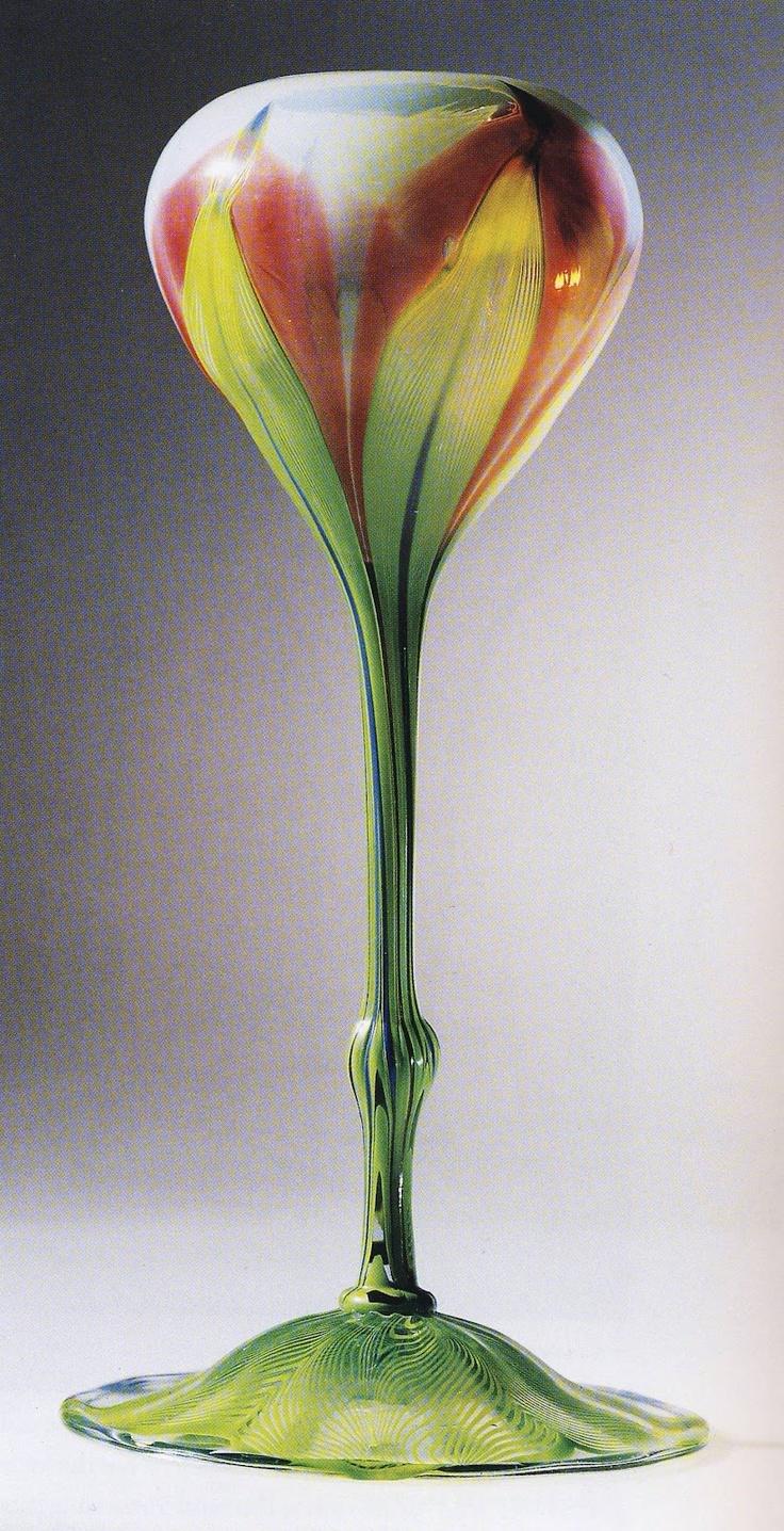 """Copa iridiscente  con forma de flor Louis Comfort Tiffany. Es de """"Favrile Glass"""", un tipo de cristal ideado por Louis Comfort Tiffany, patentado en 1894. Es diferente de los demas cristales iridiscentes porque el color y el brillo esta no solo en la superficie sino tambien en su interior."""
