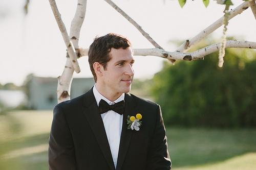 Boutonnière jaune pour le marié.