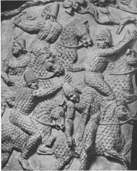 I Roxolani catafratti con corazza completa a scaglie ed elmo di tipologia composta differente dai combattenti raffigurati nella scena precedente.