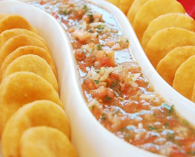 Las clásicas sopaipillas de zapallo y pebre chileno.