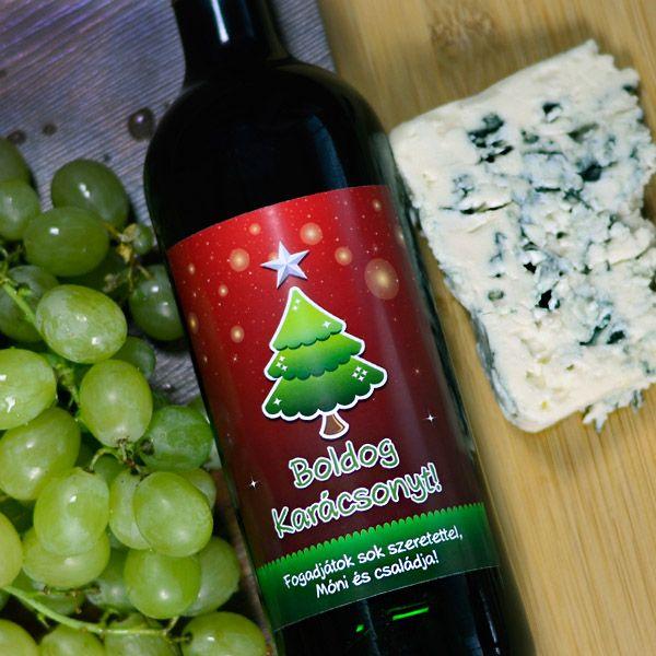 """Az ünnepi összejövetelek alkalmával nem hiányozhat az asztalról egy minőségi üveg bor sem. Akár adjuk, akár kapjuk, remek választás lehet hozzá ez az egyedi karácsonyi üzenettel ellátott boroscímke. Amennyiben a """"Boldog Karácsonyt!"""" feliraton is szeretne változtatni, kérjük hogy azt a megrendelés végén a megjegyzés rovatban feltünteni szíveskedjen. Az egyedi karácsonyi boroscímke mérete 9x12cm."""