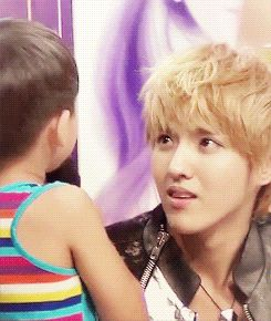 It's so cute how Kris loves kids. He is just staring at that little boy with the sweetest stare in the world. He will make an amazing father one day.