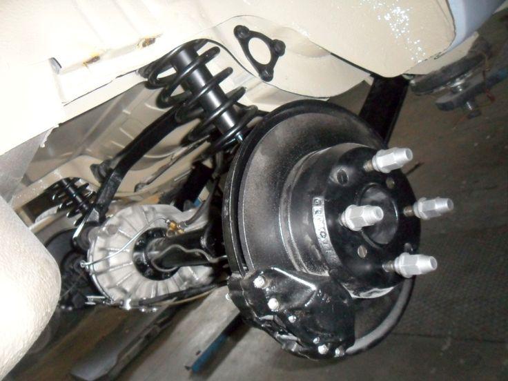 Asse posteriore destro: particolare del differenziale, ammortizzatore, disco freni e pinza freni-