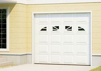 三和シヤッター工業株式会社 CANDY2 中央に4つの小窓のカスケード(写真はウイリアムズバーグ) アーモンド色