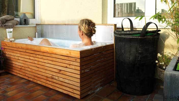 Ta ett hett bad direkt under hösthimlen, på den egna balkongen, altanen eller trädgården. Ett kasserat gammalt badkar kan få nytt liv som ett kombinerat hemmaspa, en soffa och en dynbox. Re-design att njuta i.