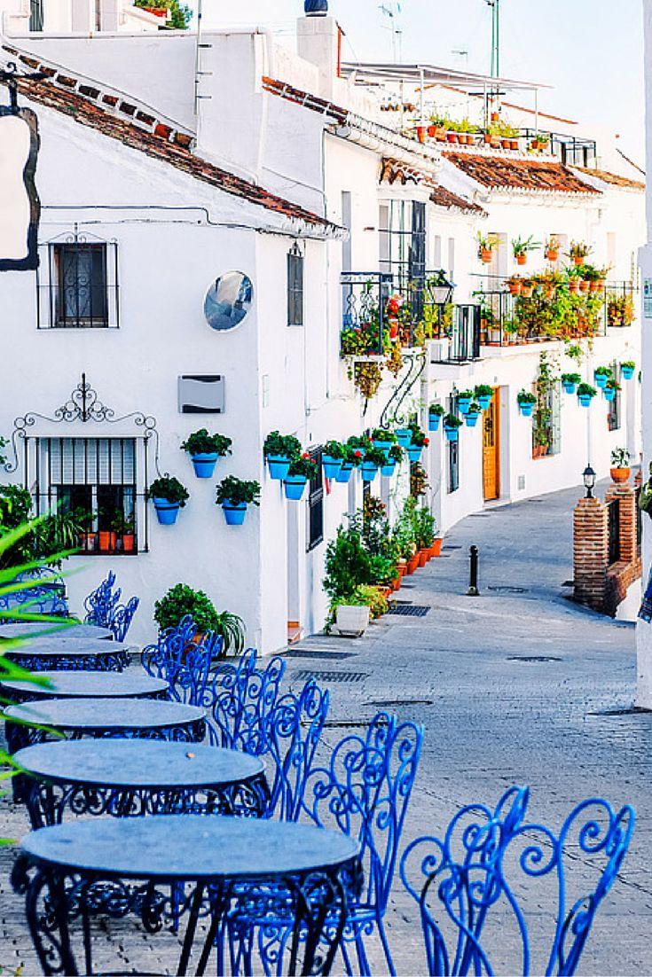 Ben jij klaar voor de Spaanse sferen van de Costa del Sol? Het zonnetje wacht op je! Ga lekker op het terras genieten van de zon met een lekkere Sangria in je hand en lekkere tapas hapjes voor je neus. Even compleet relaxen is altijd fijn toch? Dus waar wacht je nog op! Pak je koffer en op naar het lekkere weer in Spanje!
