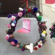 4歳児  Xmas土台:さつま芋のつる飾り:毛糸、綿、ドライフラワー、ポンポンボール、リボンすべて、ダイソー。星:金、銀の厚紙 (名前を書く) 白い♡の部分靴下:折り紙、毛糸で吊るす。ボンド、はさみ