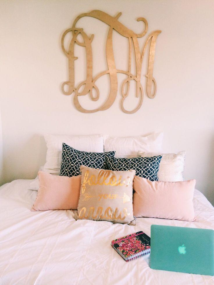 perfect preppy + cozy bedroom. Love the monogram and pillows!! | College  | Monograms, Dorm and Preppy