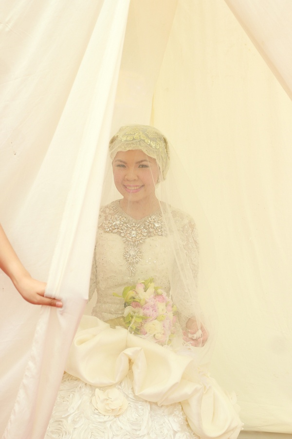 White is the colour for muslim bride not red Gorgeous muslim bride in white //  one happy story