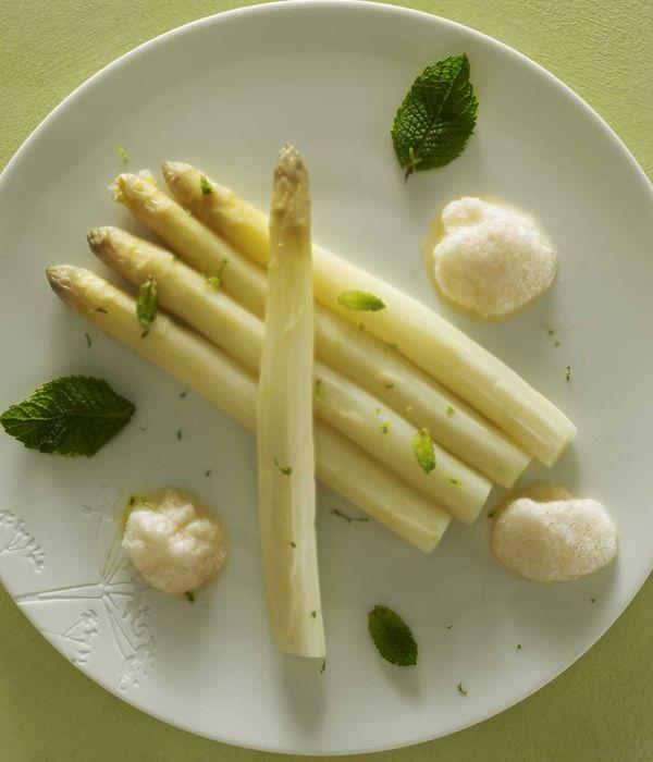 Découvrez la recette d'asperge blanche au citron et espuma à l'orange sanguine par Dan Bessoudo sur Likeachef !