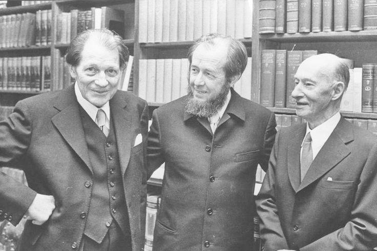 """umstrittene Nobelpreisgewinner - von wegen Autoritätsargument!!; hier abgebildet: Harry Edmund Martinson (l.), der den Literaturnobelpreis 1974 """"für ein dichterisches Werk, das den Tautropfen einfängt und den Kosmos widerspiegelt"""" erhielt. Ärgerlich: Der Schwede gehörte der Akademie an, vergab die Auszeichnung also an sich selbst - und beging nach der Preisverleihung Selbstmord."""