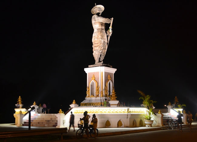 Chao Anouvong Statue - Mekong Riverside Park - Things to do in Vientiane  For our less ordinary Vientiane travel blog check here:  http://live-less-ordinary.com/asia-travel/vientiane-city-tour-weekend-in-vientiane