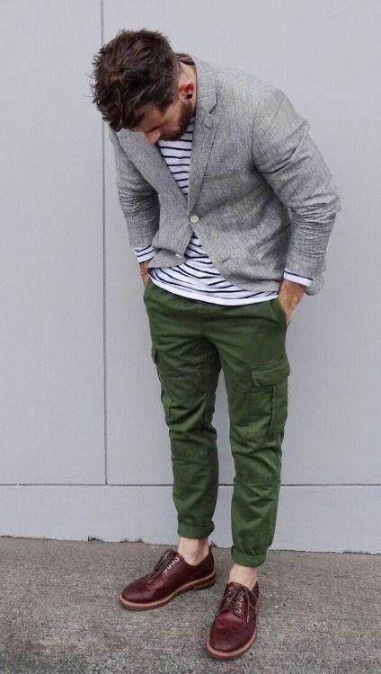 ライトグレーテーラードジャケット×緑カーゴパンツ×茶ウイングチップ