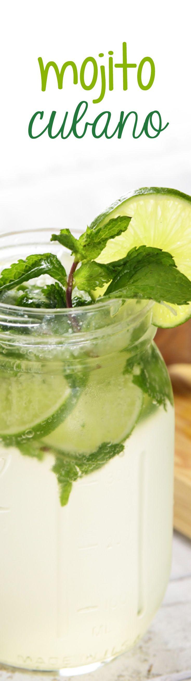 Una rica bebida refrescante de Ron con hojas de hierbabuena, limón y agua mineral.