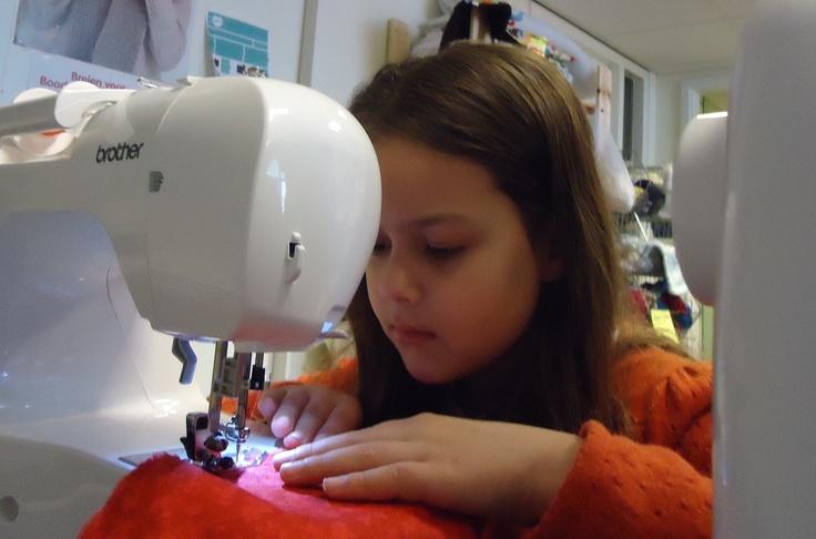 Maud achter de naaimachine