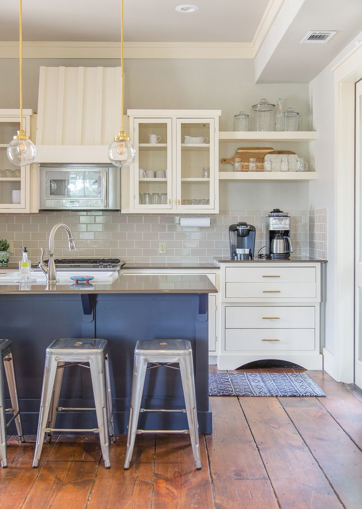 Farmhouse kitchens and fixer upper style. Check out these gorgeous homes available for luxury vacation rental in Carlton Landing on the shores of Lake Eufaula, Oklahoma. Get all the details at http://pencilshavingsstudio.com/2017/08/real-estalking-carlton-landing