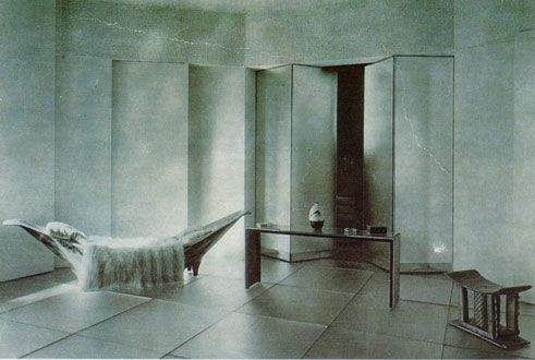 Eileen Gray's Piroge Day-bed, 1920. It's almost impossible to find images of this piece anymore...
