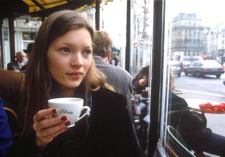 Στο θρυλικό Cafe de Flore στο Παρίσι, εκεί που παραδοσιακά συναντιούνται η διανόηση με τη μόδα / Life / Woman TOC