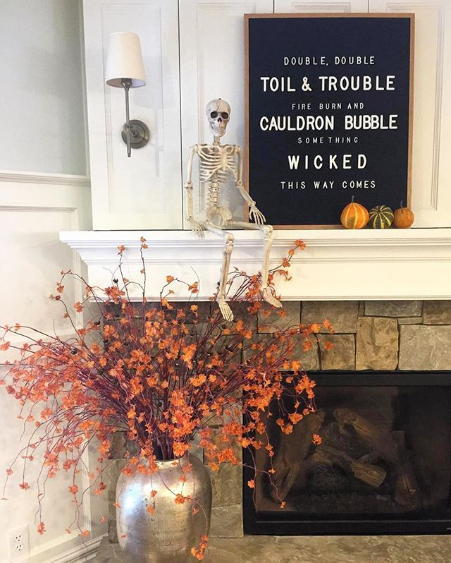 This setup by @daydreamingwithdixie has me wanting to curl up and watch Hocus Pocus tonight.