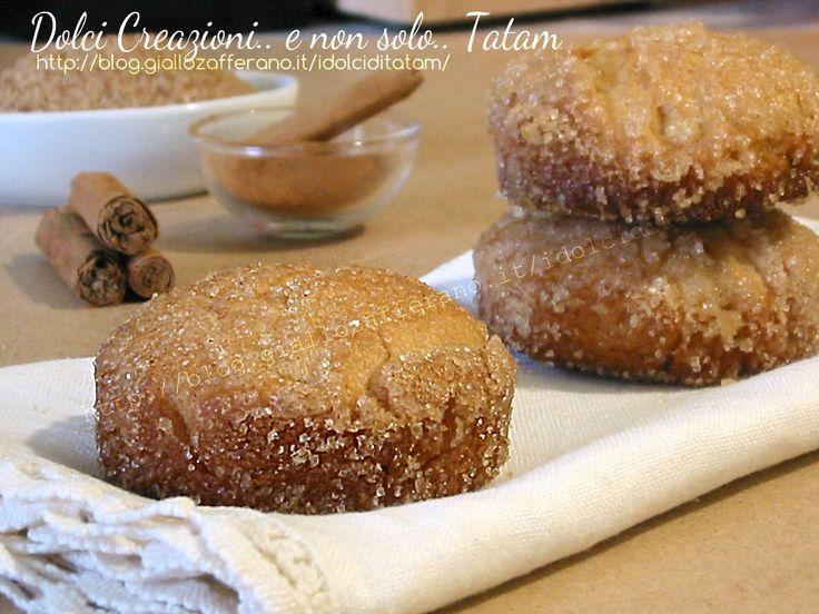 Biscotti alla cannella e zucchero di canna sono dei dolcetti di pasta lievitata, deliziosi e profumati, caratterizzati da una golosa crosticina croccante..