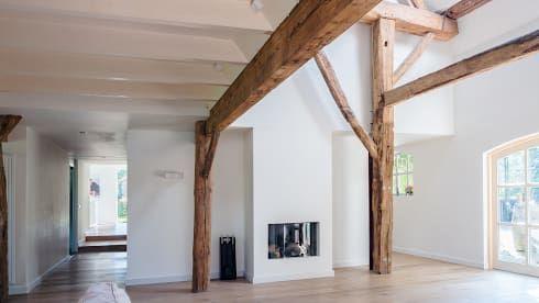 Herindeling woonboerderij met behoud van oude spanten, luxe woonkeuken en open slaapkamer met badkamer in zolder: moderne Woonkamer door Joep van Os Architectenbureau