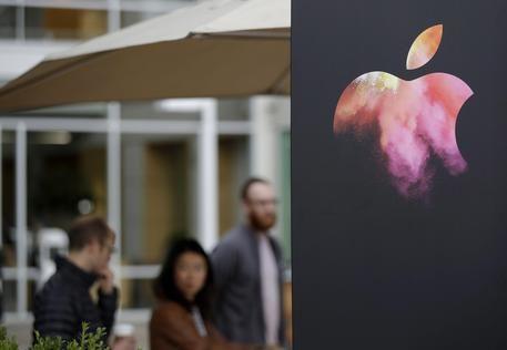 #3businessnews: Apple, dopo #iWatch allo studio gli occhiali digitali Il progetto consiste nella creazione di un dispositivo di visualizzazione in collegamento wireless con #iphone.  http://www.ansa.it/sito/notizie/tecnologia/hitech/2016/11/15/apple-a-caccia-nuovo-successo-allo-studio-occhiali-digitali_01263bc9-4bb5-44b5-b399-4f3fd921aa08.html