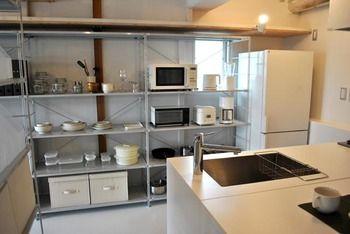 システムキッチンにユニットシェルフを組み込みました。  キッチンの必需品が美しくすっきりと収まります。