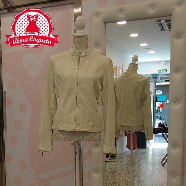 Cazadora de ecopiel en color blanco #chaqueta #abrigo #moda #retro #fashion #almacoqueta #leonesp #primavera #otoño #ecopiel #cuero #blanco