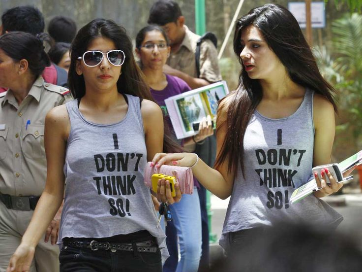 DU girls are glamorous! But to generalize it, would be a mistake. Some girls believe in simplicity and glamour is not the most important thing in their lives. There is another world than that of glamour also where DU girls belong.
