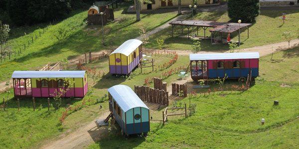 Hoteles para niños en Bizkaia: Carros Zíngaros y cabañas en los árboles en el Gorbea.
