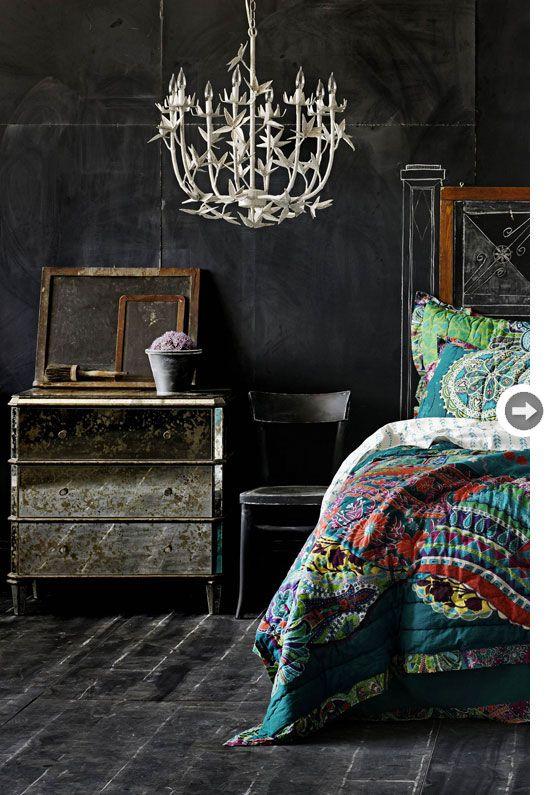 La profondità del nero, arredi fatti di specchi e coperte dai colori sgargianti: ecco il nuovo stile! @ Image Source: www.styleathome.com