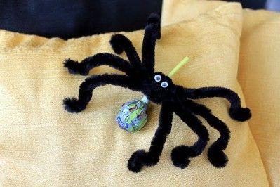 Kreatív ötletek Halloweenra: HALLOWEEN PÓK NYALÓKÁBÓL  http://www.hobbycenter.hu/Unnepek/pok-nyalokabol.html