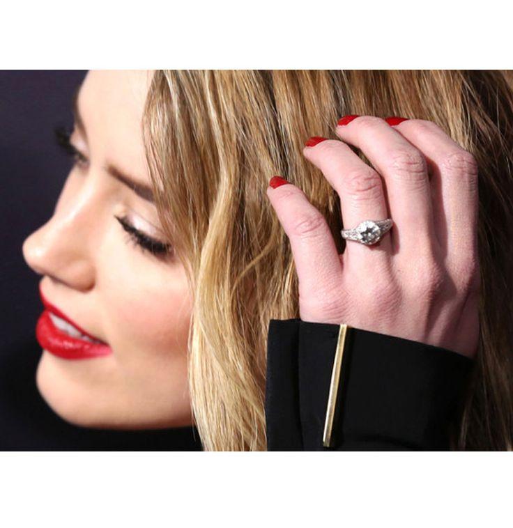 Algunas celebridades optan por ofrecerle matrimonio a sus mujeres con anillos tradicionales mientras que otros optan por uno distintivo. Te mostramos los anillos de Kim Kardashian, Blake Lively, Angelina Jolie y más celebrities aquí, no vas a creer cuánto valen.