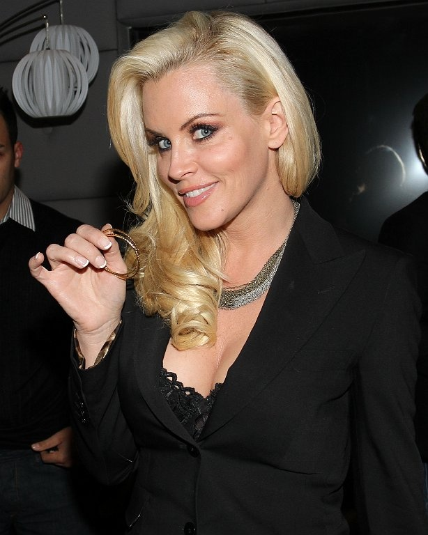 Jenny McCarthy showing off her new gold necklace at the Glamhouse.com launch party: Pearls Experiments, Lady Black, Jenny Mccarthy, Experiments 181, Beautiful Women, Glamhouse Com Launch, Launch Parties, Gold Necklaces, Blondes Lady