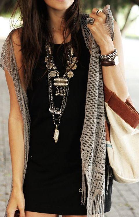 Boho Look | Vestido preto, kimono cinza de crochê, colares boho, colar de moedas