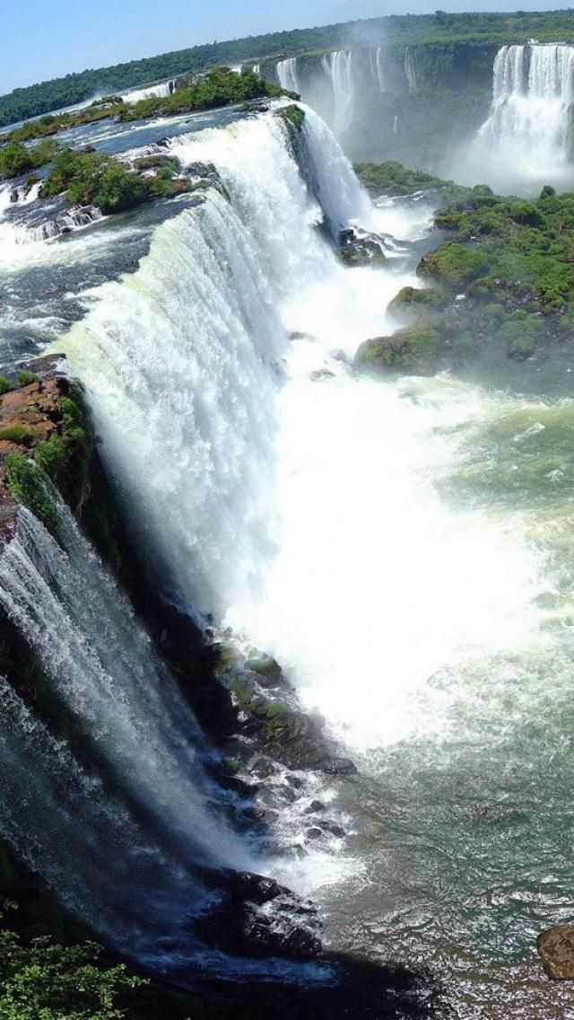 Cannot believe that I was able to take a boat through these. miss it. Las cataratas del Iguazú, Argentina, Brasil y Paraguay