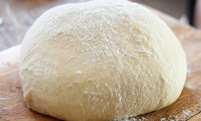Yogurt dough for tiropitakia Η ζύμη γιαουρτιού είναι η ιδανική επιλογή για πεντανόστιμα τυροπιτάκια. Φτιάχνεται δε πολύ εύκολα και με μόλις τρία υλικά, που σίγουρα υπάρχουν σε κάθε ψυγείο και ντουλάπι.  Μερίδες: 40 μικρά ή 20 μεγάλα πιτάκια  Χρόνος προετοιμασίας: 10′  Χρόνος μαγειρέματος: 0′  Έτοιμο σε: 60′  Χρόνος αν