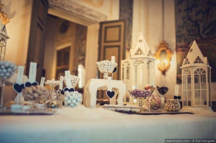 Elementi decorativi per il tavolo della confettata. Decorazioni con lanterne bianche per matrimonio