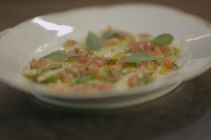 Met witte en groene asperges bereid je een vegetarisch voorgerechtje, dat je net zo goed kan serveren als slaatje bij de barbecue. De gekookte asperges worden koud geserveerd met een frisse pittige salsa met jalapeñopepers. Da's het opgelegde pepertje dat je in je pitta terugvindt.Dit gerecht kan je perfect op voorhand bereiden. Let er wel op om de verse koriander en de postelein pas vlak voor het serveren toe te voegen.