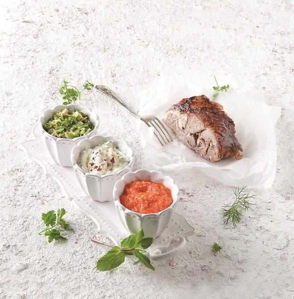 3 υπέροχες σάλτσες -μία πάπρικας με έμπνευση από τη Μακεδονία, μια δροσερή με μυρωδικά και ένα τζατζίκι λαχανικών χωρίς σκόρδο- αντικαθιστούν την κλασική επιλογή της μουστάρδας και δίνουν μοναδική γεύση σε κάθε μπουκιά. #σάλτσα #ψητό