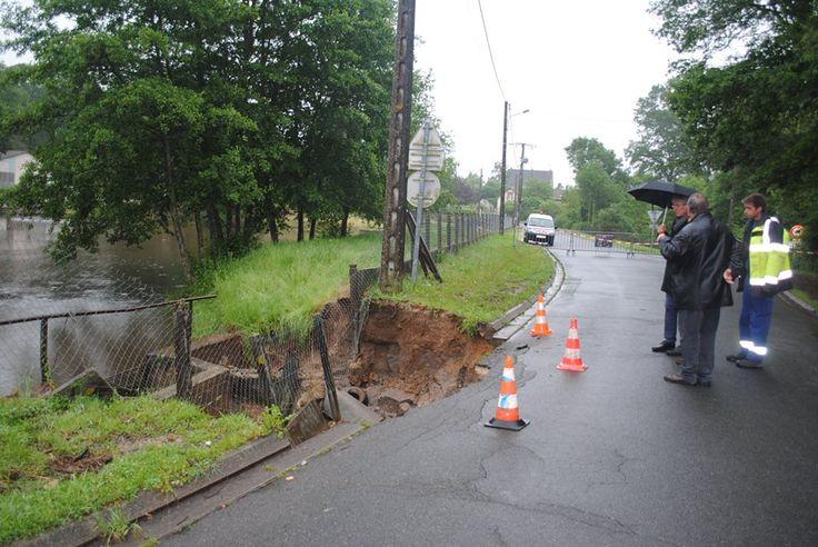 ce matin jeudi à Ouzouer-sur-Loire, rue de l'étang de la Pisciculture où le bas-côté s'est effondré à hauteur de la bonde de l'étang.
