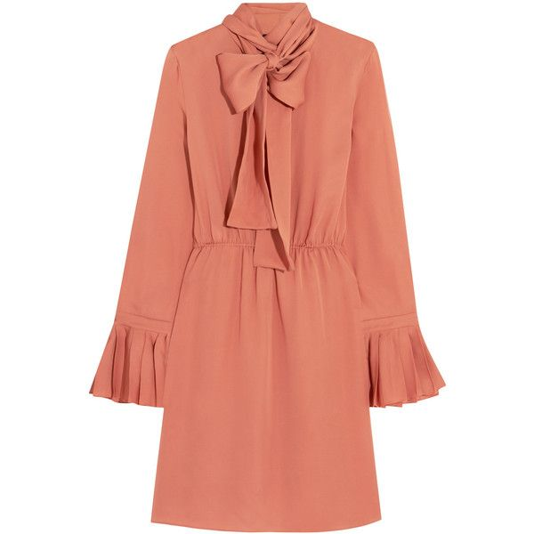 Gucci Pussy-bow silk-georgette dress (74,400 PHP) ❤ liked on Polyvore featuring dresses, gucci, vestidos, pink, gucci dress, salmon dress, bow neck dress and red dress