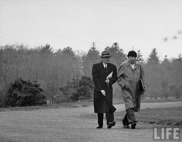 Con il matematico e amico Kurt Gödel. Einstein non imparò mai a guidare.