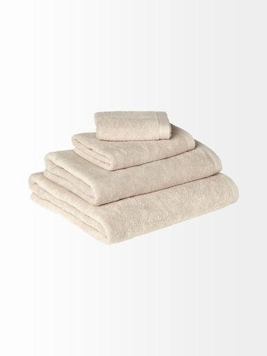 Pehmeä pyyhe on materiaaliltaan 100 % puuvillaa. Konepesu 60 °C.