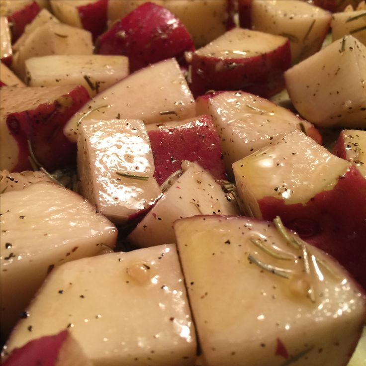 Olive Oil and Rosemary Roasted Red Potatoes ❤ Ready for the oven!   #whatdoyoumeantheresnoleftovers #foodiefun #dinnerformyfam #redpotatoes #blizzard2017 #comfortfood #soulfood