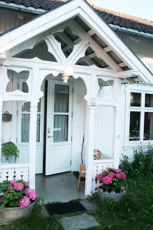 Sweet, sweet cottage of Jeannette Lunde in southern Norway. Love the entrance to the house.