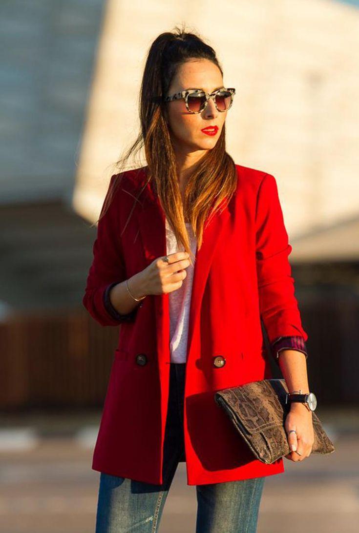 Conjunto americana roja, camiseta blanca, pantalones tejanos azules, bolso marrón y gafas multicolor