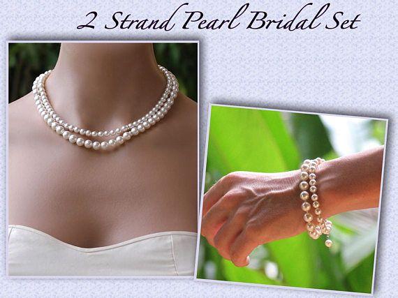 Wir haben unsere zwei Strang Perlen Halskette mit passenden Armband mit Schlichtheit und Eleganz im Verstand entworfen. Die Perlenkette ist subtil mit kleinen Kristall und Silber Swarovski Rondelle Spacer Perlen verziert und mit abgeschlossen, während das Armband Silber gefütterte